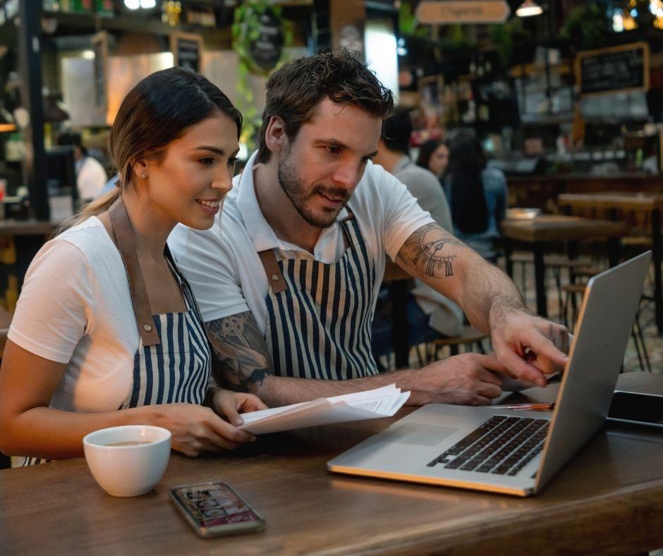 Obsluha restaurace kontroluje polední objednávky jídel